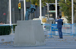 Icke-våld skulptur på Förenta Nationernahögkvarter i New York För revolverbrons för 357 magnumbutelj skulptur av den svenska kons arkivbilder
