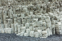 Icleand da praia de Vik com formações de rocha sextavadas do basalto Fotos de Stock