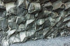 Icleand de la playa de Vik con el insid hexagonal de las formaciones de roca del basalto Imagen de archivo libre de regalías