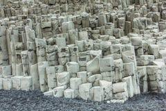 Icleand de plage de Vik avec des formations de roche hexagonales de basalte photos stock