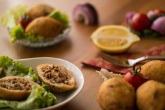 Icli-kofte/angefüllter Fleischklöschen Falafel stockfotos