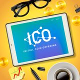 ICO标注姓名起首字母在片剂设备,传染媒介例证屏幕上的硬币提供的企业互联网技术概念  免版税库存照片