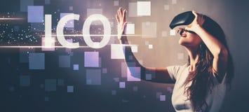 ICO при женщина используя шлемофон виртуальной реальности стоковые фото