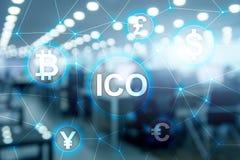 ICO -最初硬币提供,在被弄脏的企业大厦背景的Blockchain和cryptocurrency概念 免版税库存图片