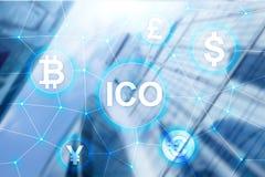 ICO -最初硬币提供,在被弄脏的企业大厦背景的Blockchain和cryptocurrency概念 免版税库存照片
