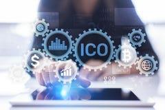 ICO - Oferecimento inicial da moeda, conceito de Fintech, financeiro e de cryptocurrency da troca na tela virtual fotos de stock