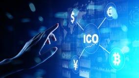 ICO - Oferecimento inicial da moeda, conceito de Fintech, financeiro e de cryptocurrency da troca na tela virtual imagens de stock royalty free