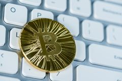 ICO - Pièce de monnaie initiale offrant à Bitcoin Digital l'argent binaire électronique concept financier Devises d'argent liquid Photographie stock