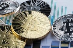ICO - Pièce de monnaie initiale offrant à Bitcoin Digital l'argent binaire électronique concept financier Devises d'argent liquid Images libres de droits