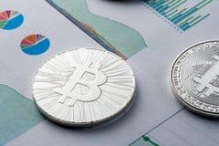 ICO - Pièce de monnaie initiale offrant à Bitcoin Digital l'argent binaire électronique concept financier Devises d'argent liquid Image libre de droits