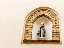 Icona cattolica in vicoli del villaggio medievale Immagini Stock