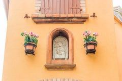 Icona cattolica in vicoli del villaggio medievale Fotografia Stock Libera da Diritti