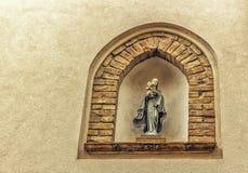 Icona cattolica in vicoli del villaggio medievale Immagine Stock