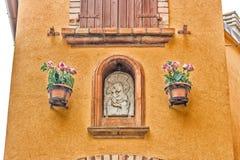 Icona cattolica in vicoli del villaggio medievale Fotografie Stock