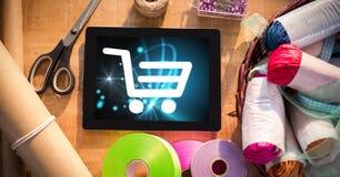 Icona del carrello sulla compressa digitale dai prodotti del mestiere Fotografie Stock Libere da Diritti
