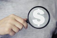 Icona del dollaro della lente della lente di ingrandimento di ricerca dell'uomo d'affari Immagine Stock