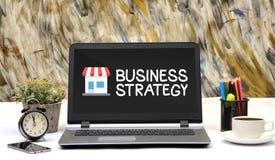 Icona del negozio di strategia aziendale sul monitor del computer portatile dell'ufficio Fotografia Stock