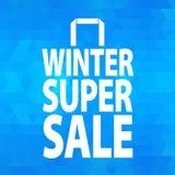 Icona del sacco di carta di vendita di inverno su fondo blu Fotografia Stock