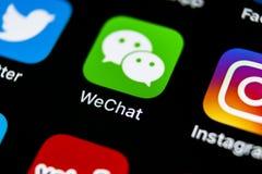 Icona dell'applicazione del messaggero di Wechat sul primo piano dello schermo dello smartphone di iPhone X di Apple Icona di app Immagine Stock