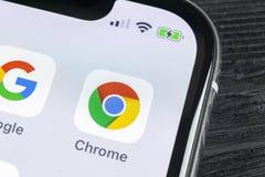 Icona dell'applicazione di Google Chrome sul primo piano dello schermo di iPhone X di Apple Icona di Google Chrome app Applicazio immagine stock libera da diritti
