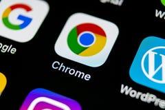 Icona dell'applicazione di Google Chrome sul primo piano dello schermo di iPhone X di Apple Icona di Google Chrome app Applicazio immagini stock