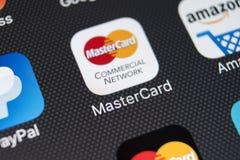 Icona dell'applicazione di Mastercard sul primo piano dello schermo di iPhone X di Apple Icona del Master Card Modulo di iscrizio Fotografia Stock Libera da Diritti
