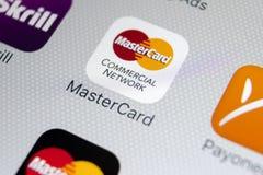 Icona dell'applicazione di Mastercard sul primo piano dello schermo di iPhone X di Apple Icona del Master Card Modulo di iscrizio Immagini Stock Libere da Diritti