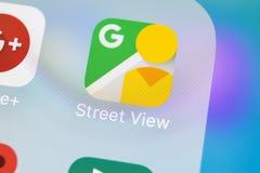 Icona dell'applicazione di vista della via di Google sul primo piano dello schermo di iPhone X di Apple Icona di Google StreetVie Immagini Stock Libere da Diritti