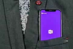 Icona dell'applicazione dell'ufficio di Microsoft OneNote sul primo piano dello schermo di iPhone X di Apple in tasca del rivesti fotografia stock libera da diritti