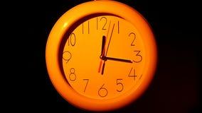 Icona dell'orologio bianco con ombra sul nero stock footage