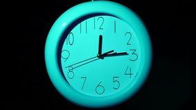 Icona dell'orologio bianco con ombra sul nero video d archivio