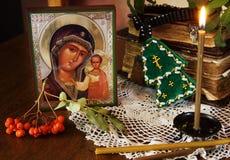 Icona della madre santa e della candela bruciante Fotografie Stock