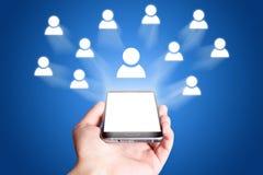 Icona della rete sociale Telefono mobile su priorità bassa blu fotografia stock libera da diritti