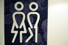 Icona delle toilette Lo stile è simbolo piano, colore bianco, angoli arrotondati, fondo del fiore fotografia stock libera da diritti