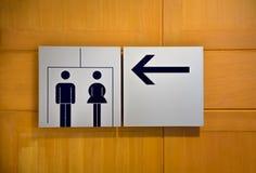 Icona delle toilette, segni pubblici della toilette, segno della toilette e direzione o fotografia stock libera da diritti