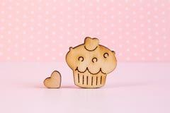 Icona di legno del dolce con poco cuore su fondo rosa Fotografia Stock