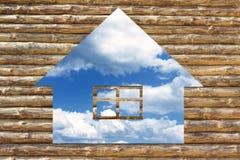 Icona di legno della casa sulla priorità bassa del cielo blu Fotografia Stock