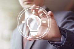 Icona di web dell'uomo d'affari di affari della lampadina di idea del bottone fotografie stock