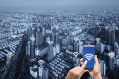 Icona di Wifi e città di Parigi con il concetto della connessione di rete fotografia stock libera da diritti
