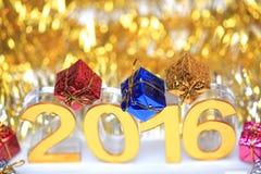Icona dorata 2016 3d con il contenitore di regalo Immagini Stock