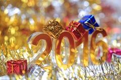 Icona dorata 2016 3d con il contenitore di regalo Fotografia Stock