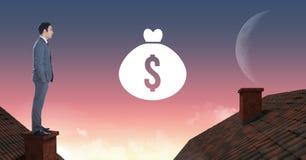 Icona ed uomo d'affari dei soldi che stanno sui tetti con il cielo della luna e del camino Fotografie Stock Libere da Diritti