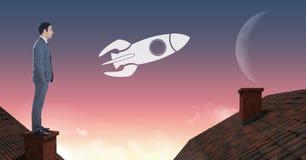 Icona ed uomo d'affari di Rocket che stanno sui tetti con il cielo della luna e del camino Fotografia Stock Libera da Diritti