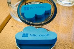 Icona Microsoft Windows OneDrive sul piccolo specchio rotondo con la riflessione Fotografia Stock