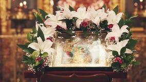 Icona ortodossa nella chiesa video d archivio