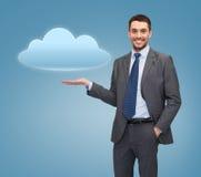 Icona sorridente della nuvola della tenuta dell'uomo d'affari Fotografia Stock Libera da Diritti