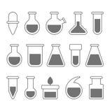 Icone chimiche dell'attrezzatura di laboratorio messe su fondo bianco Vettore illustrazione di stock