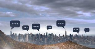 Icone della bolla di chiacchierata sopra la città Immagine Stock
