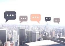 Icone della bolla di chiacchierata sopra la città Immagine Stock Libera da Diritti
