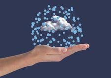 Icone di collegamento della tenuta della donna contro fondo blu con le nuvole Immagine Stock Libera da Diritti